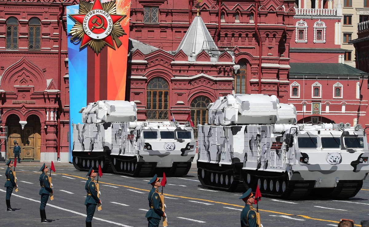 Tor-M2 anti-air systems in Arctic colors take to the street during a Russian military parade. (Russian Presidential Press and Information Office)