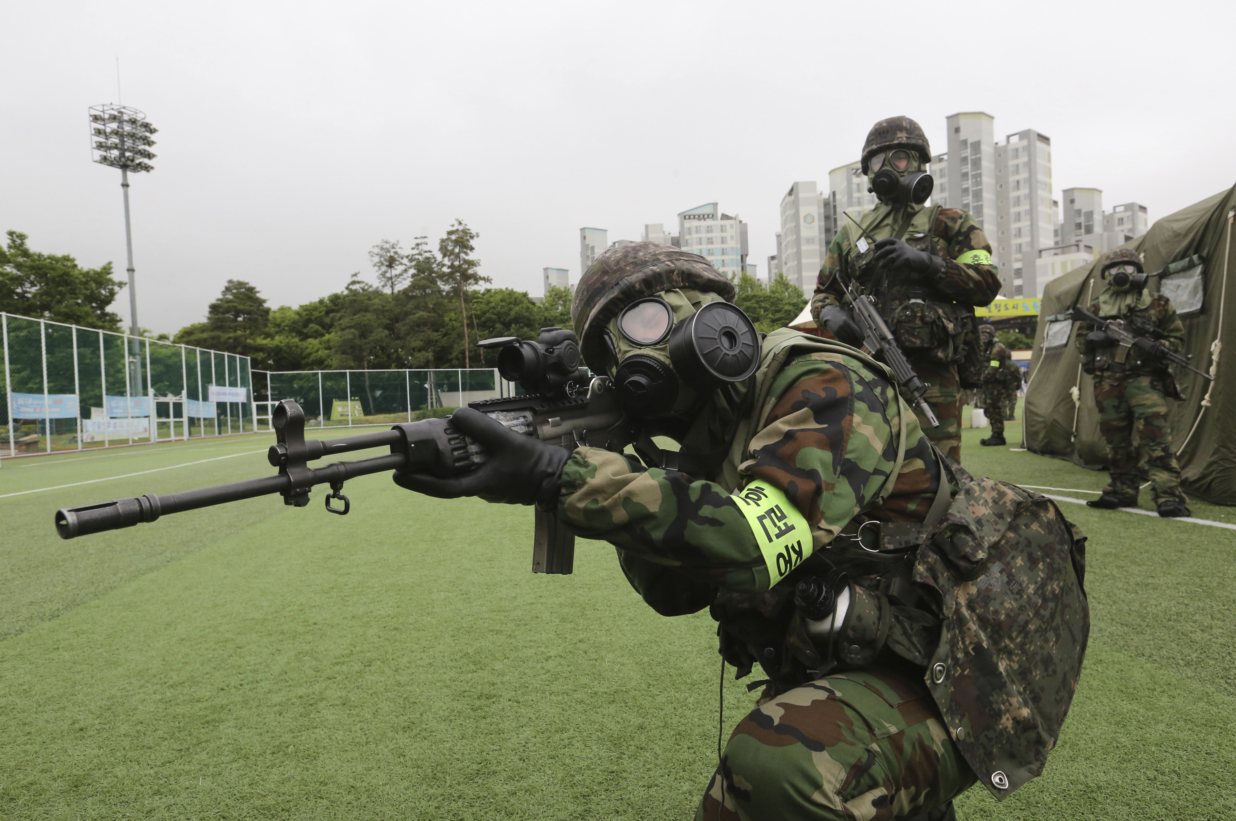 A ROK army soldier aims his machine gun during an anti-terror drill as part of the Ulchi Taeguk exercise at a park in Seoul, South Korea, Monday, May 27, 2019. The four-day exercises will include massive civilian evacuation drills and a South Korea-only military drill aimed at preparing for war situations and disasters. (AP Photo/Ahn Young-joon)