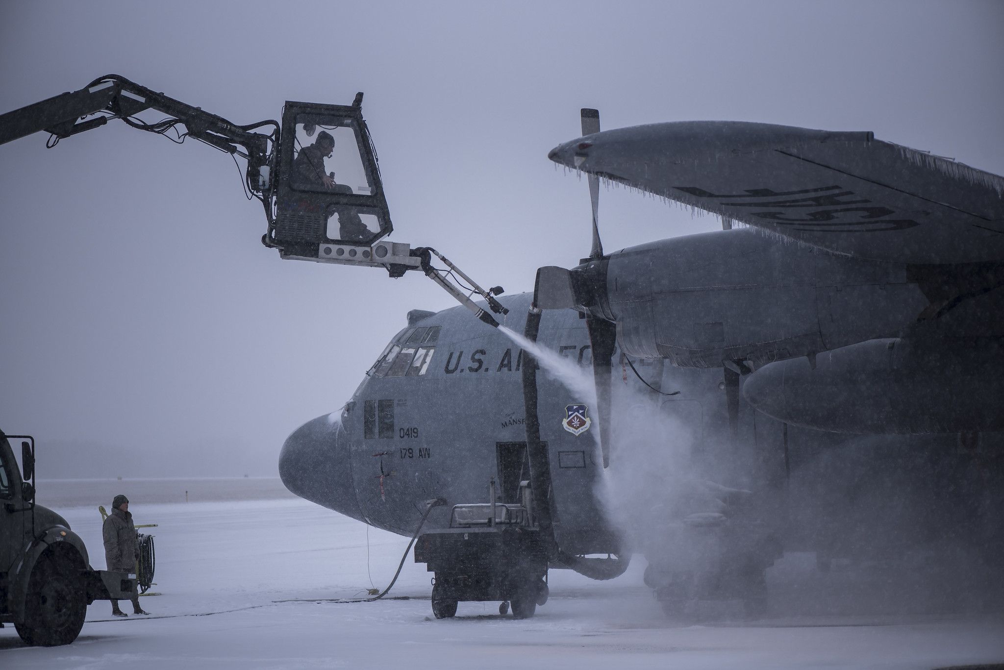Airmen work on a C-130H Hercules, spraying it with deicing fluid during a snowstorm, Feb. 07, 2020, at the 179th Airlift Wing, Mansfield, Ohio. (Tech. Sgt. Joe Harwood/Ohio Air National Guard)