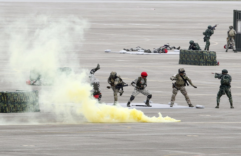 Simulating an invasion from China, Taiwanese special forces soldiers practice hand-to-hand combat during the annual Han Kuang exercises at an air base in Taichung County, Taiwan, on June 7, 2018. (Chiang Ying-ying/AP)