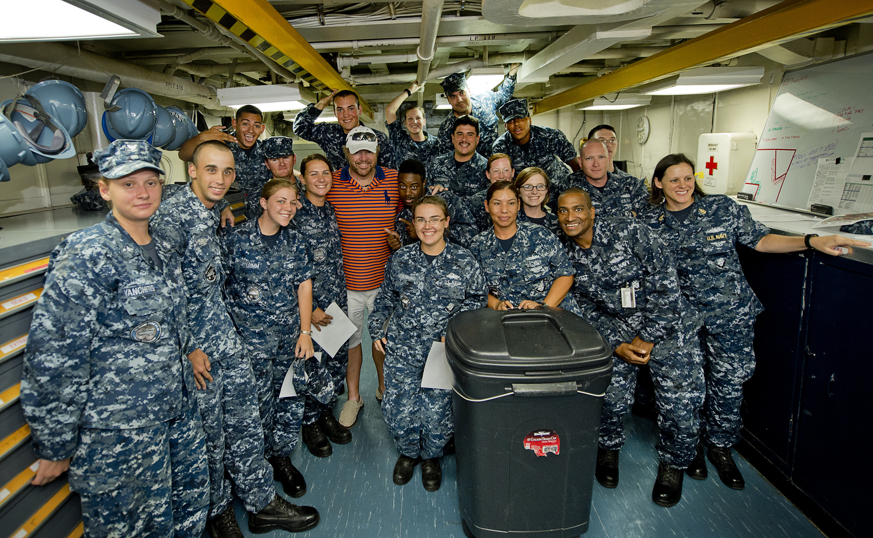 Toby Keith poses for a group photo with troops stationed in Guam in 2013. (Dave Gatley/USO)