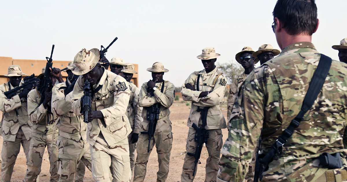 A U.S. Army Special Forces Operational Detachment-Alpha communications sergeant observes Senegal soldiers demonstrating how to clear a room in a glass house as part of Flintlock 2018 in Tahoua, Niger, April 13, 2018. (Sgt. Heather Doppke/Army))