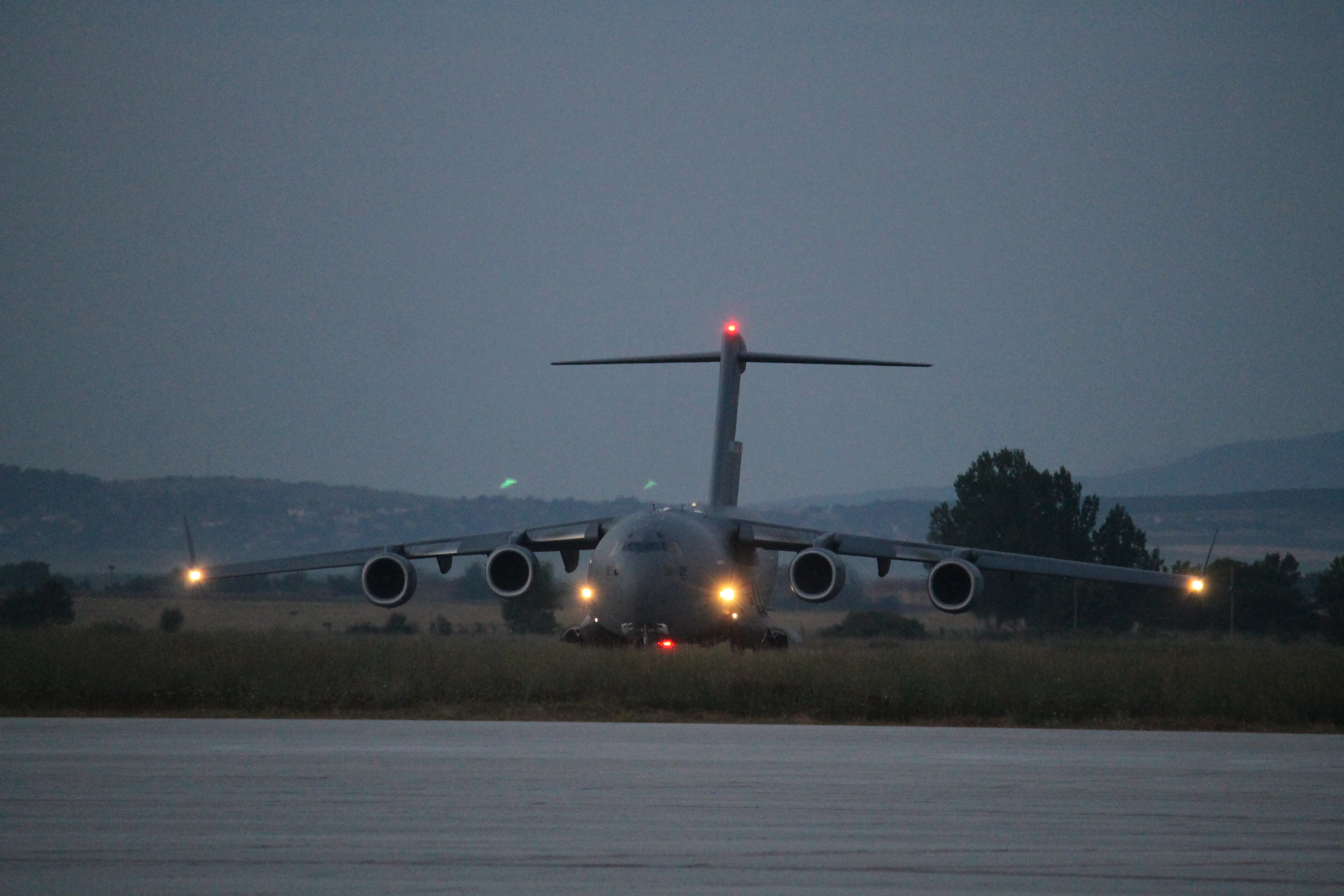 The C-17 carrying the Strykers taxis as the sun rises. (Jen Judson/Staff)