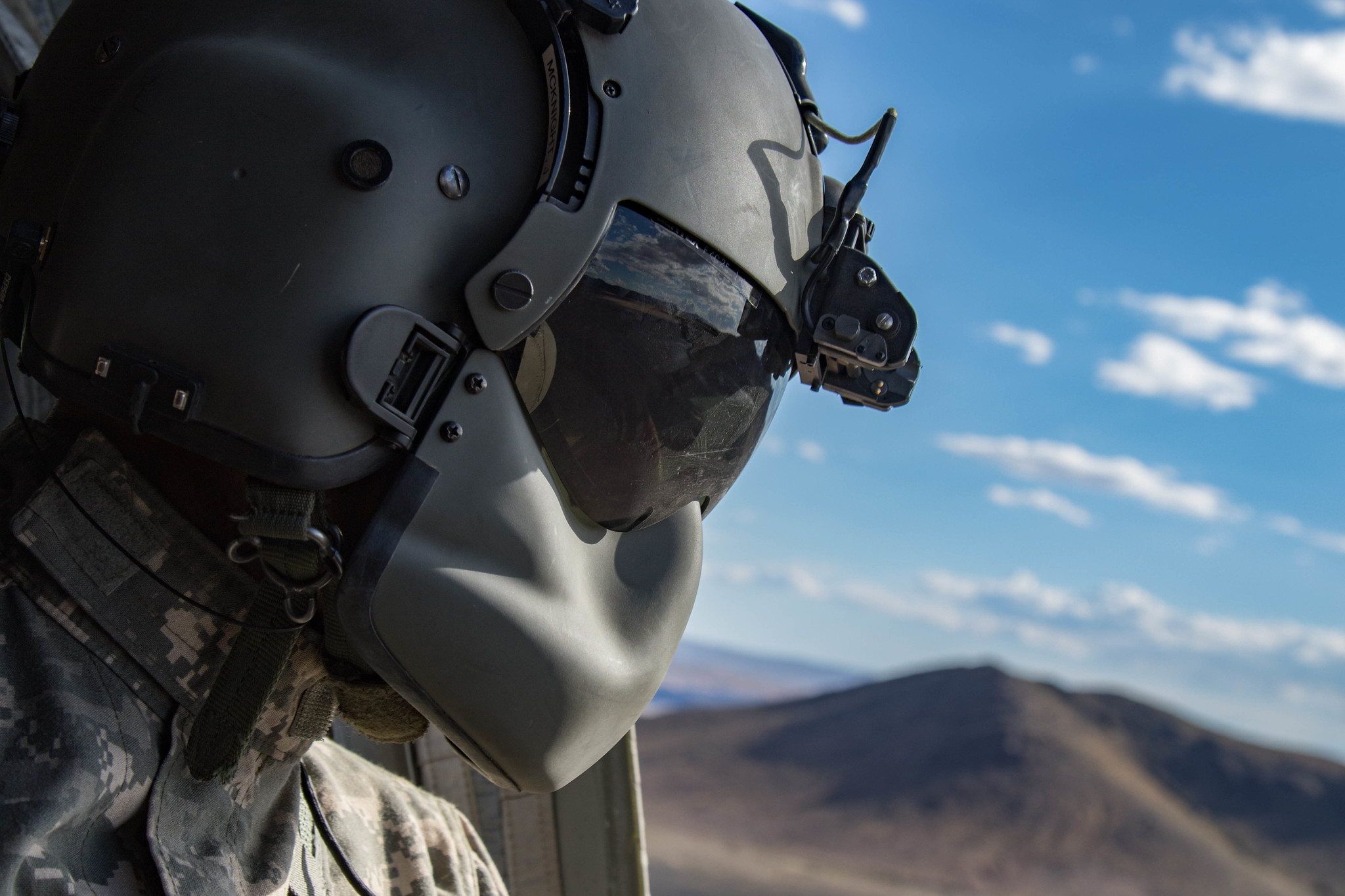 Oregon Army National Guard Sgt. James McKnight surveys the area out of the side window of the CH-47F Chinook during a dust landing certification flight at the National Training Center in Fort Irwin, Calif., May 29, 2019. (Cpl. Alisha Grezlik/Army)