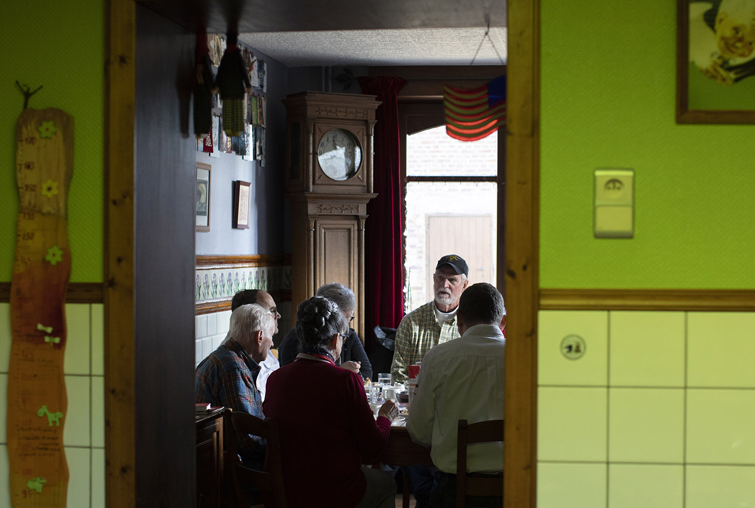In this photo taken on Tuesday, Dec. 10, 2019, U.S. Battle of the Bulge veteran Arthur Jacobson, left, and his family have a lunch in the dining room of Remember Museum 39-45 directors Marcel and Mathilde Schmetz in Thimister-Clermont, Belgium.(Virginia Mayo/AP)