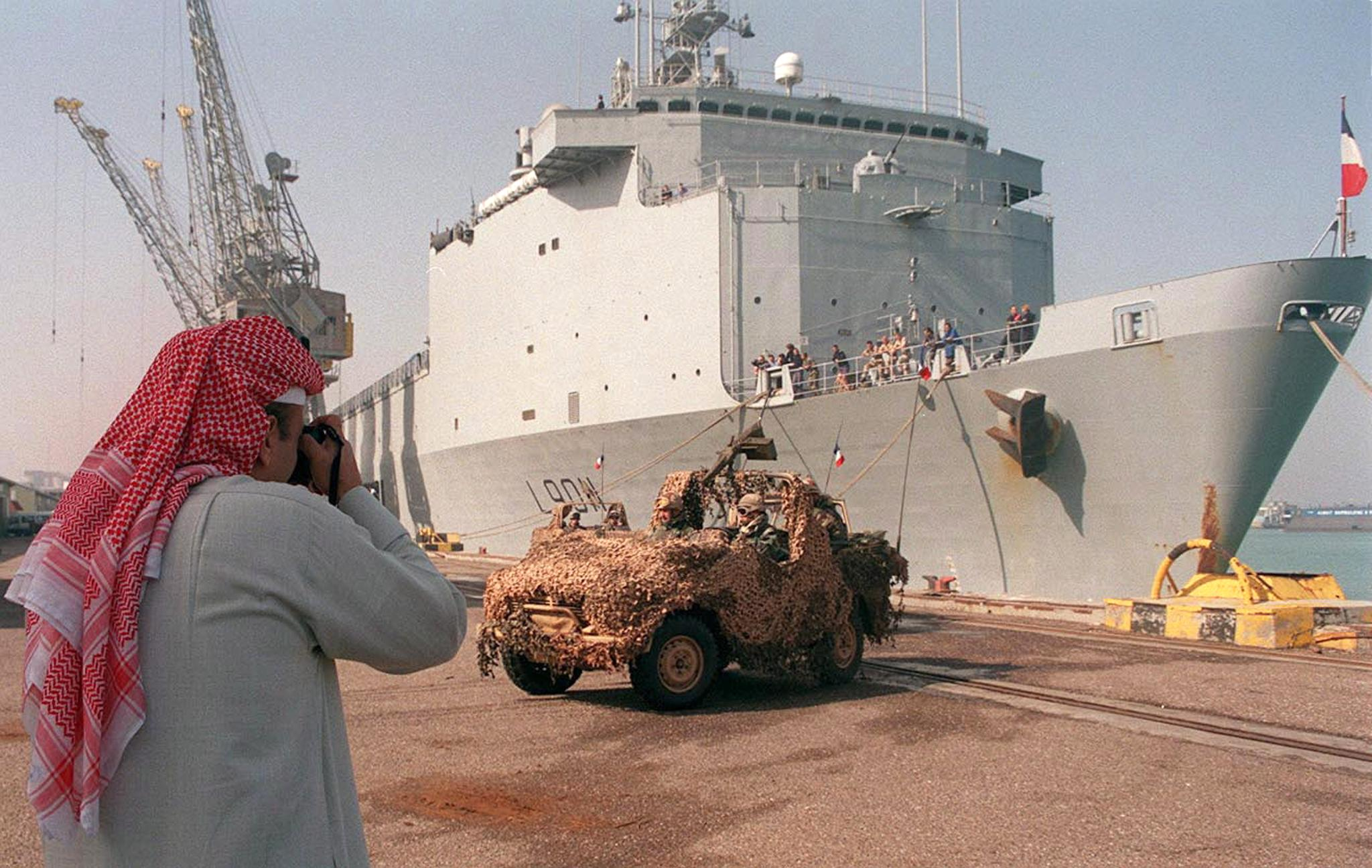 French special forces land from French warships at Shuwaikh port in Kuwait on Feb. 14, 2000, as they arrive to take part in Franco-Kuwaiti maneuvers dubbed