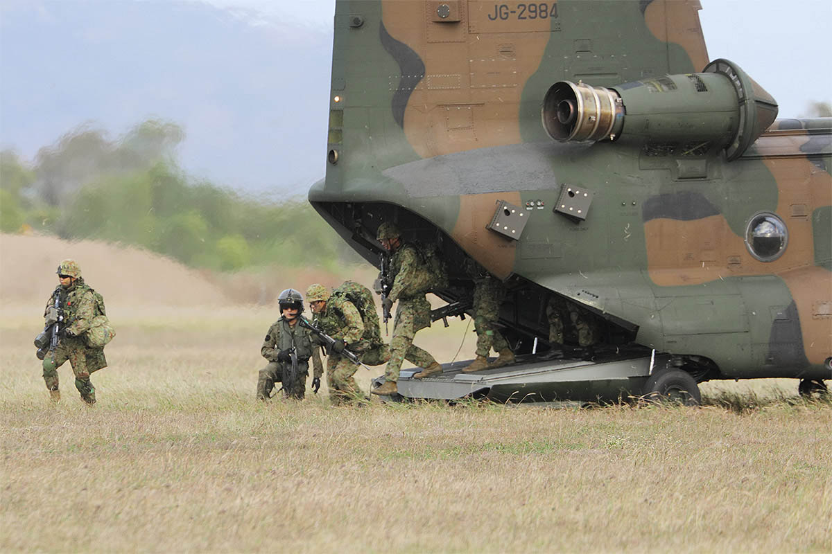 Japan Ground Self-Defense Force troops disembark from their CH-47JA Chinook heavy-lift helicopter during a helicopter assault as part of Exercise Talisman Sabre on July 23, 2019 at Bowen Airport, Australia. (Mike Yeo/Staff)