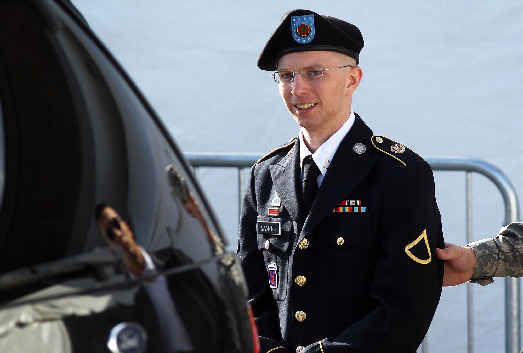 Obama commutes Chelsea Manning's prison sentence, pardons Gen. James Cartwright