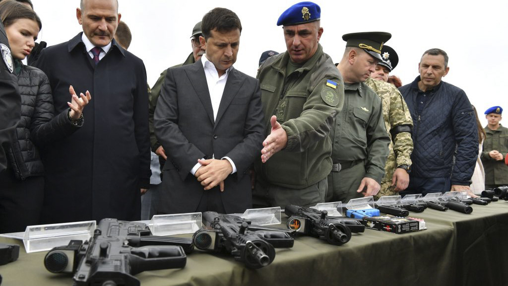 Ukrainian President Volodymyr Zelensky (C) examines the small arms made in Ukraine during tactical exercises of sub-units of the Ministry of Internal Affairs at the National Guard training ground near Stare village, some 80 km from Kiev, on September 30, 2019. (SERGEI SUPINSKY/AFP/Getty Images)