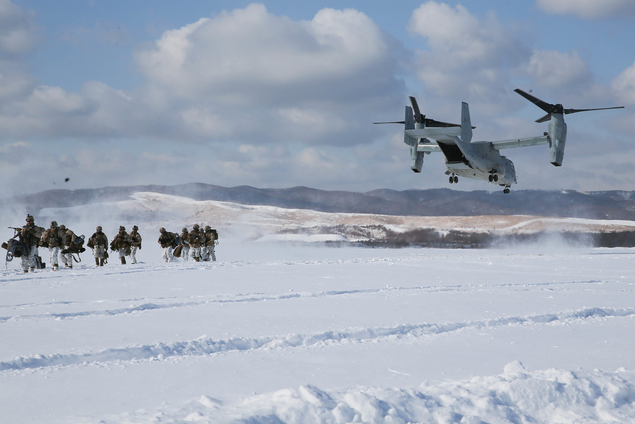 An MV-22B Osprey drops off U.S. Marines and members of the Japan Ground Self-Defense Force for a heliborne insert during Northern Viper at Hokudaien Training Area, Hokkaido, Japan, Feb. 5, 2020. (1st Lt. Brett Vannier/Marine Corps)