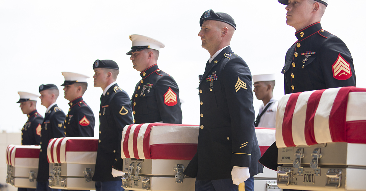 U.S. military honor guard carry the presumed remains of Korean War soldiers at Hangar 19 Joint base Pearl Harbor Hickam on August 1, 2018 in Honolulu, Hawaii. The remains of 55 service members were flown to Hawaii after being handed over by North Korea. (Photo by Kat Wade/Getty Images)
