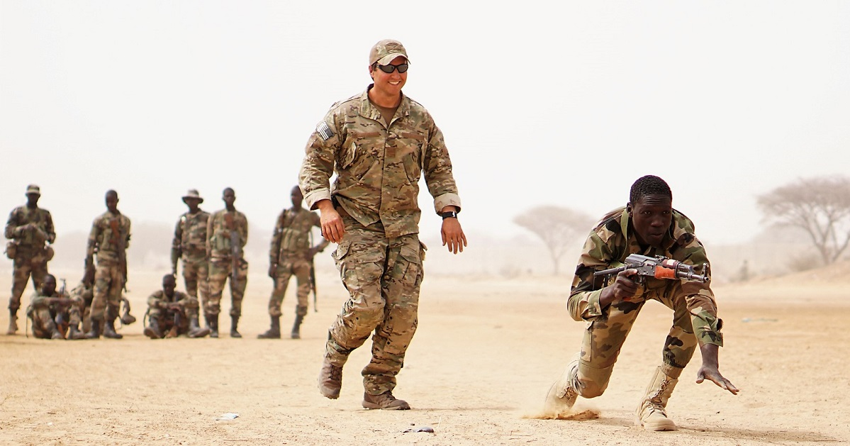 A U.S. Army Special Forces weapons sergeant observes as a Nigerien soldier practices buddy team movement drills during Exercise Flintlock 2017 in Diffa, Niger, in March 2017. Flintlock is a Special Operations Forces exercise geared toward building interoperability between African and western partner nations. (Spc. Zayid Ballesteros/Army)