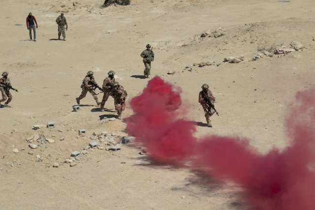 American and Omani soldiers conduct dismounted training while building partner nation interoperability during Inferno Creek. (Staff Sgt. Jennifer Milnes/U.S. Army)