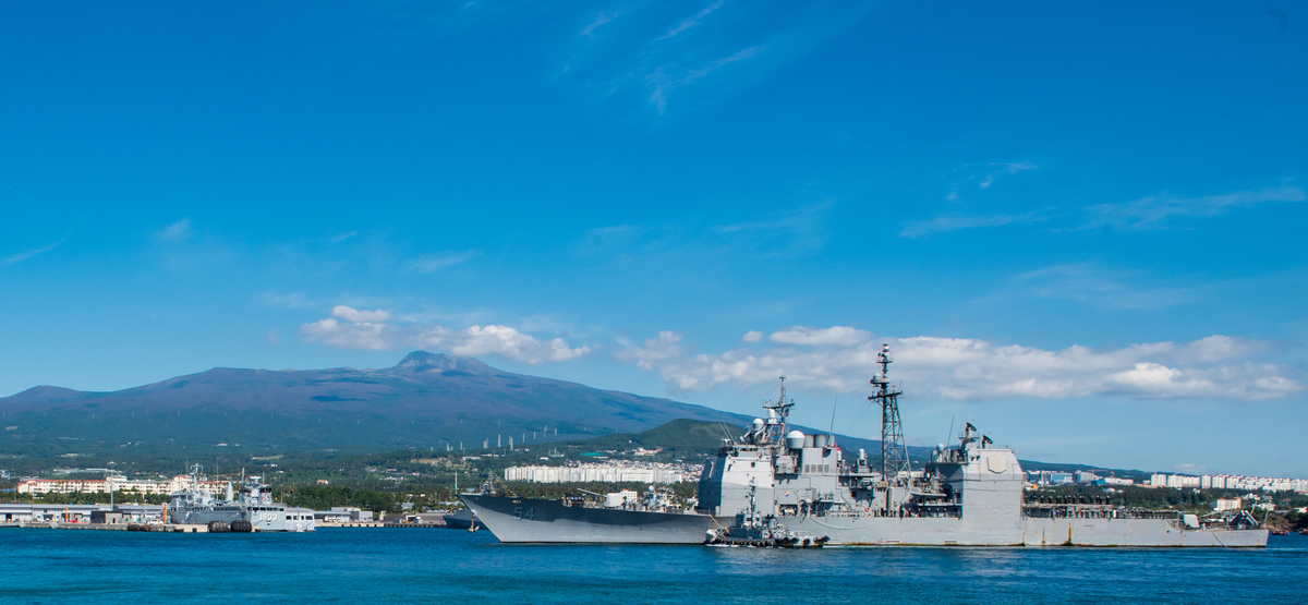 The Ticonderoga-class guided-missile cruiser Antietam pulls in to port at the Republic of Korea Navy base on Jeju Island on Oct. 12 . (Mass Communication Specialist 3rd Class William Carlisle/Navy)