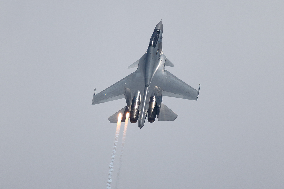 The Sukhoi Su-30MKM Flanker display by the Royal Malaysian Air Force emphasized its ability to perform at slow speeds and its liberal use of flares. (Mike Yeo/Staff)