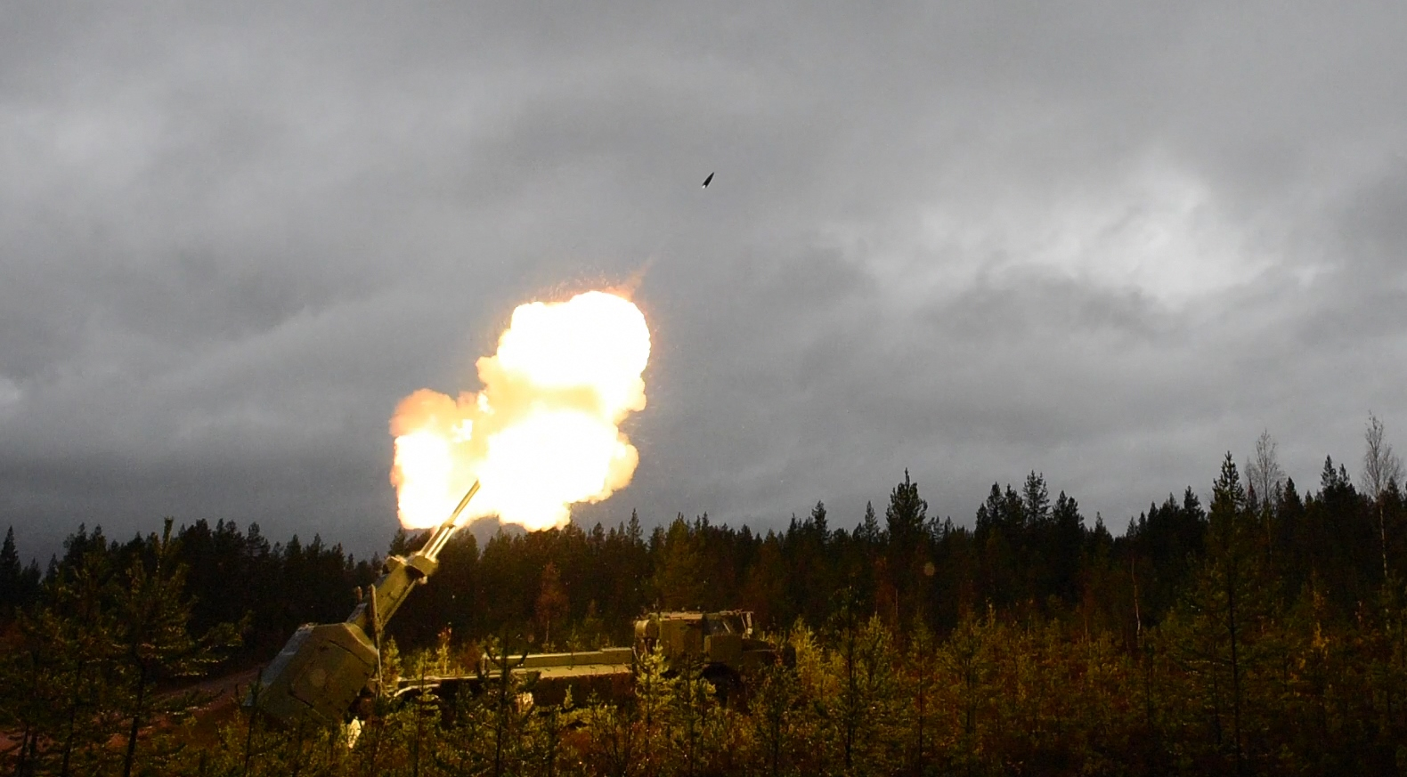 A 155 mm Insensitive Munition High Explosive Extended Range (IM HE-ER) was successfully test fired at 32 km range, in Älvdalen, Sweden, March 25, 2015. (Photo: Nammo AS)
